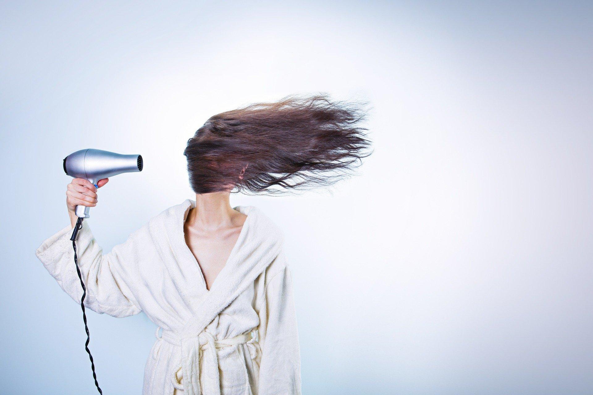 Frau mit Haar-Trockner