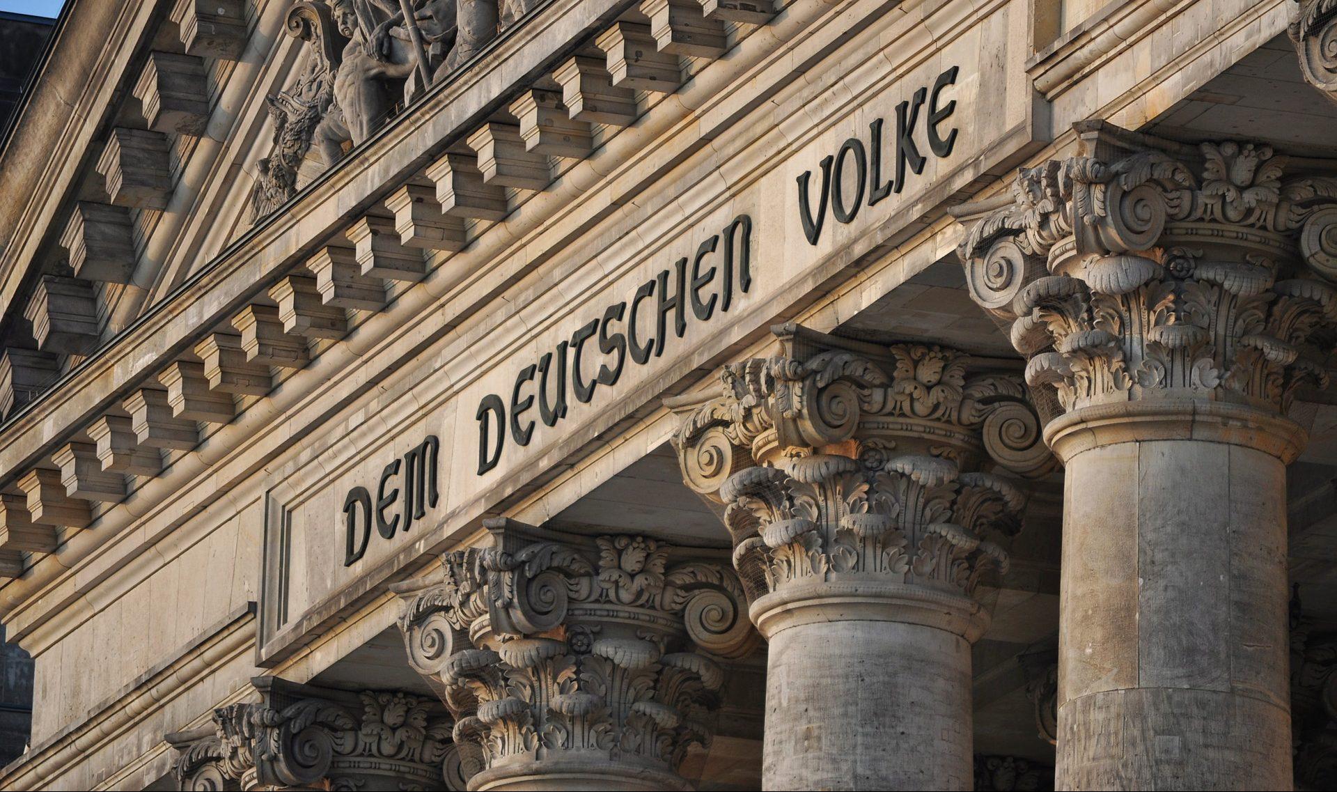 """Schriftzug """"Dem deutschen Volke"""" am Berliner Reichstag"""