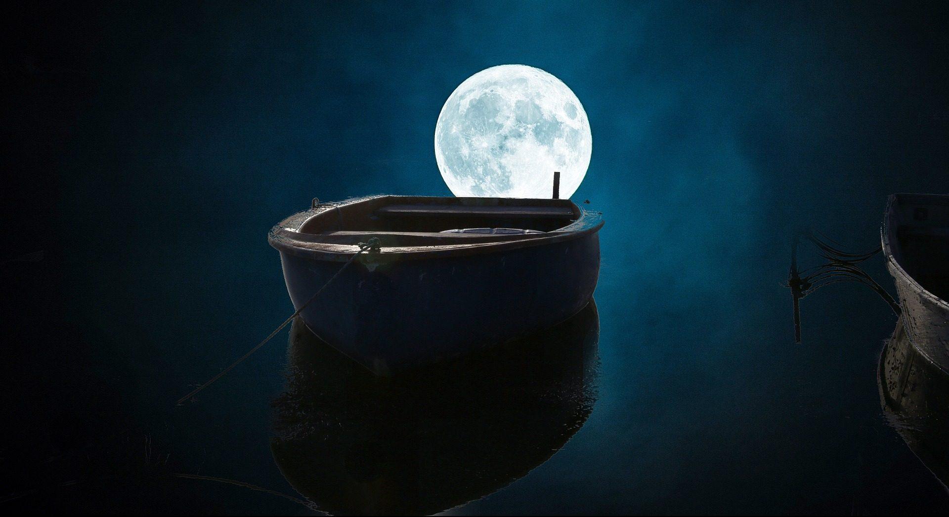 Ein Boot vor dem Mond