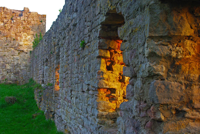 Vom Sonnenuntergang beleuchtete Fenster der Burgruine Homburg