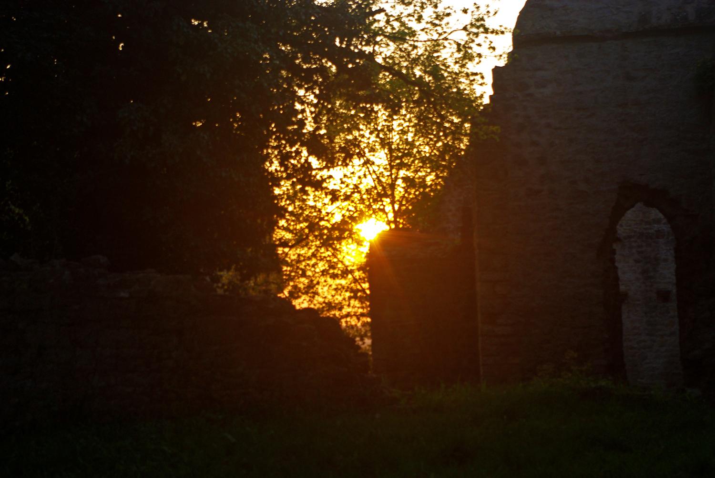 Sonnenuntergang mit Burgruine