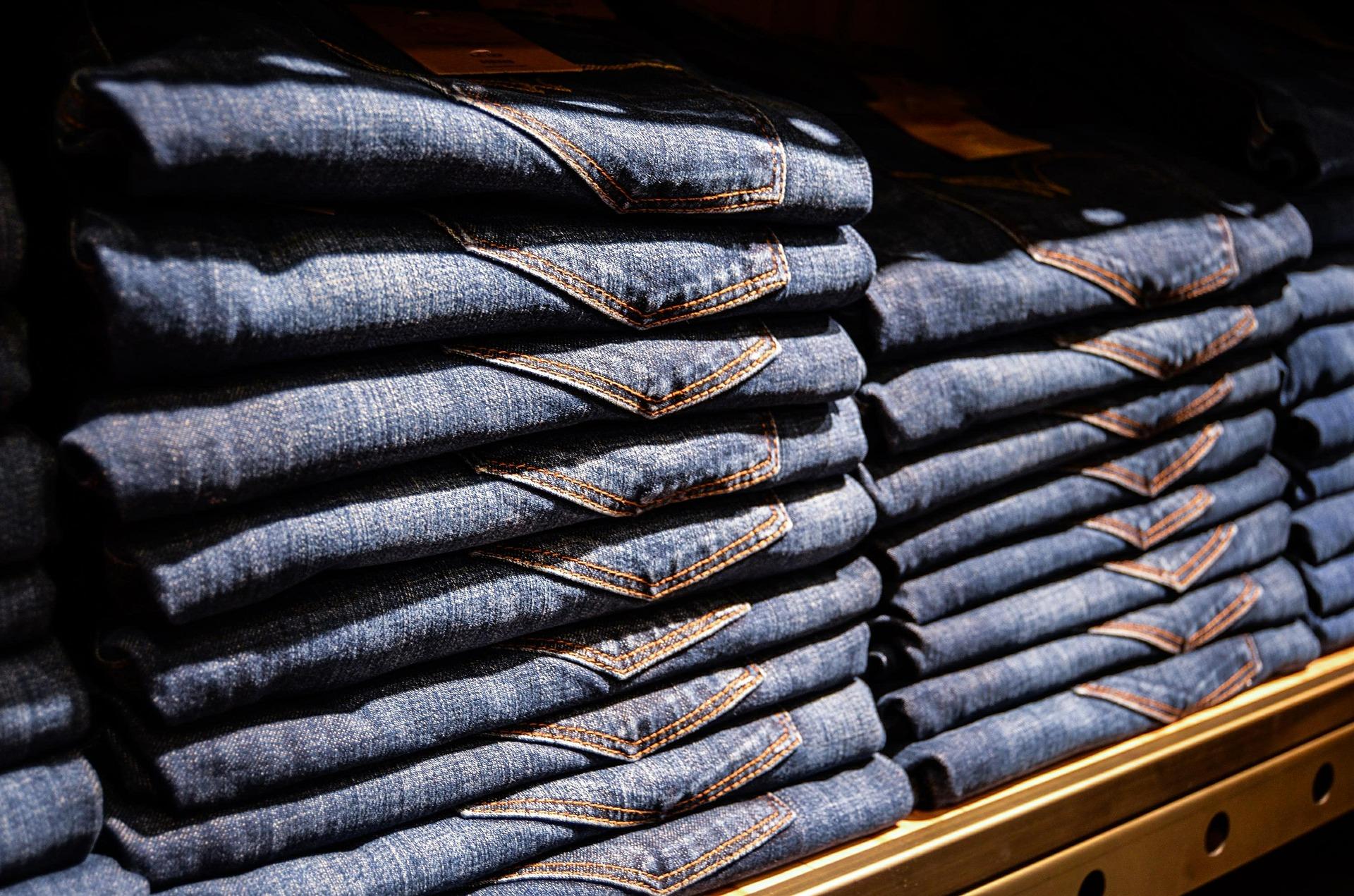 Ein Stapel Jeans-Hosen