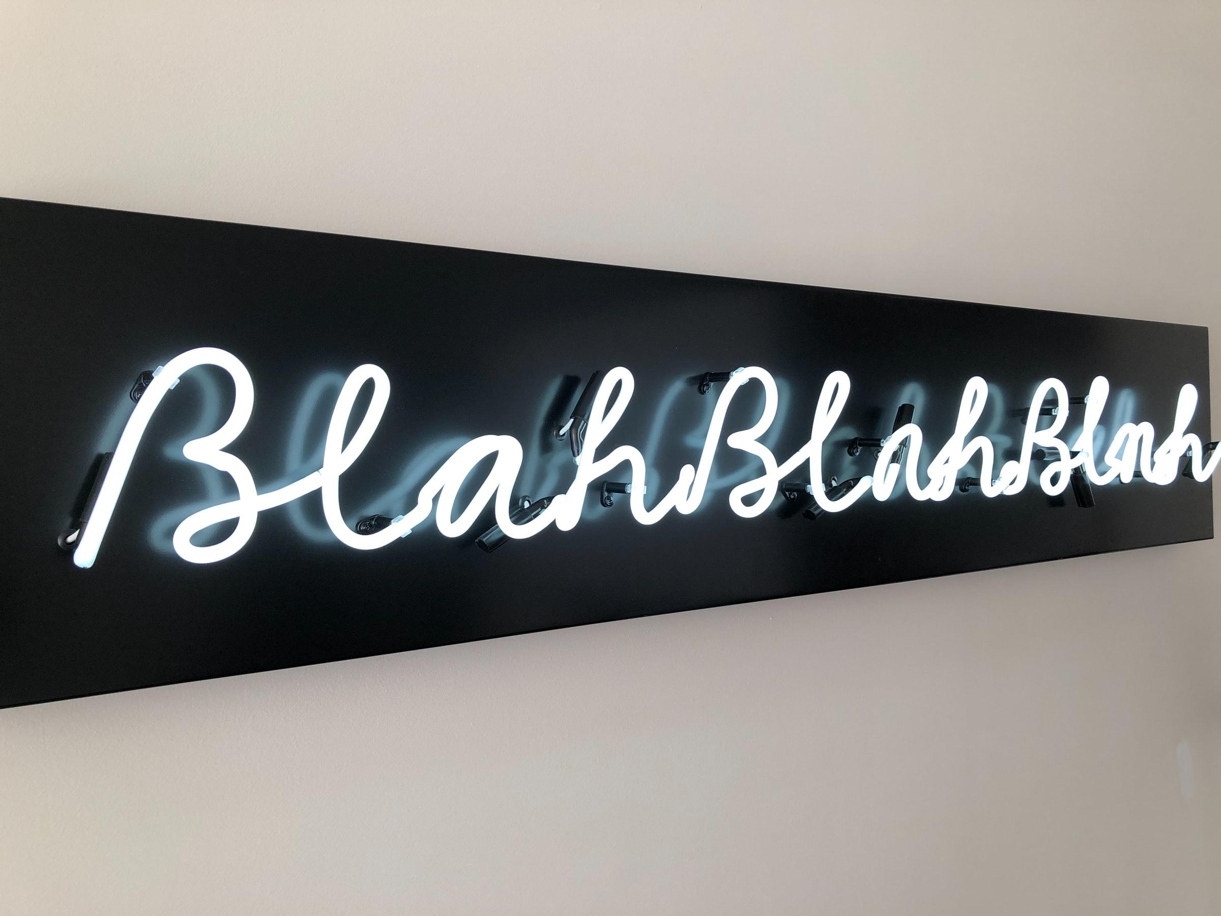 """Ein Schild, auf welchem """"Blahblahblah"""" steht."""
