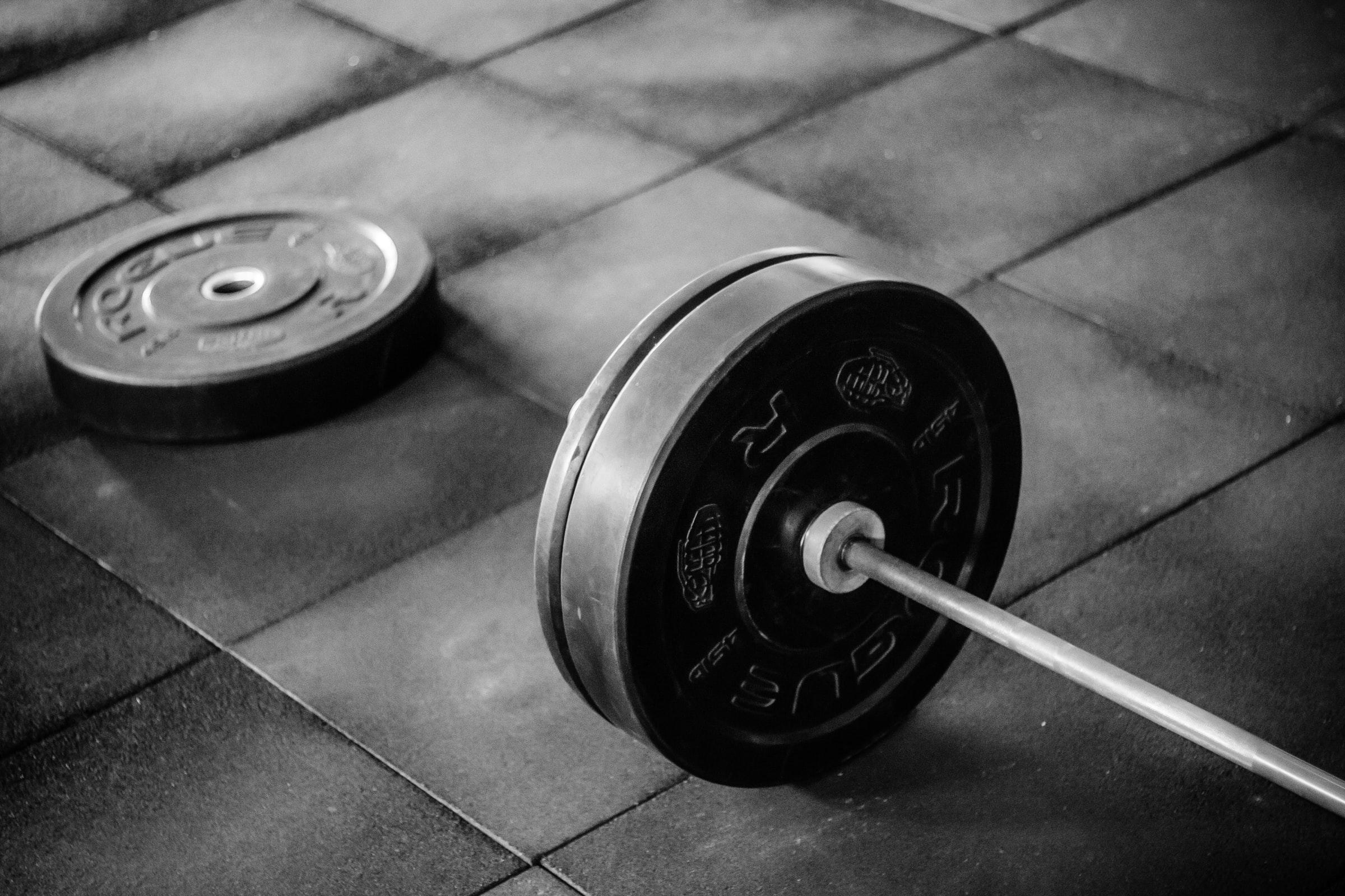 Eine Hantelstange mit Gewichten