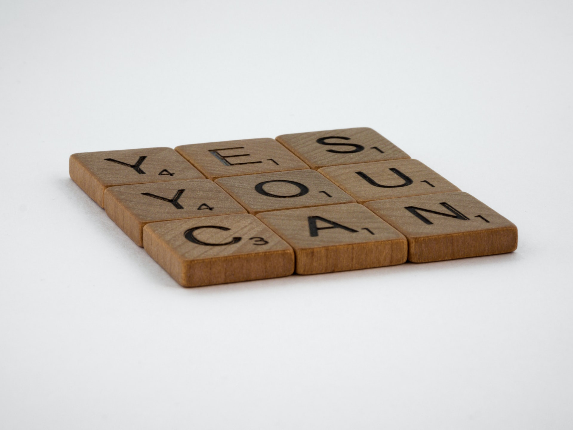 """Scrabble-Buchstaben-Steine bilden die Wörter """"Yes you can""""."""